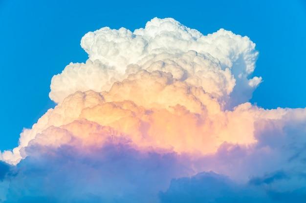 Cumulonimbus am abend und blauer himmel