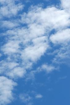 Cumulus weiße wolken am dunkelblauen himmel