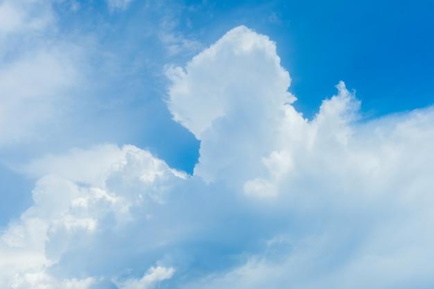 Cumuluswolken an einem sonnigen tag gegen einen blauen himmel