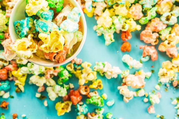 Cup auf haufen popcorn