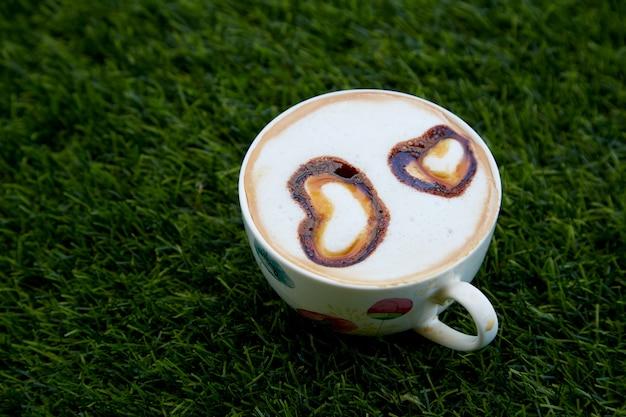 Cup cappucino mit herz geformt