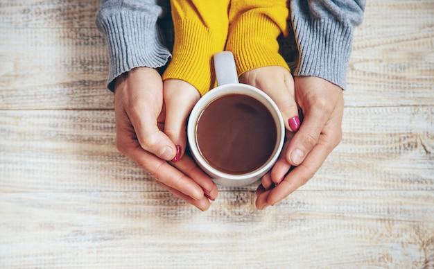 Cup drink zum frühstück in den händen der liebhaber.