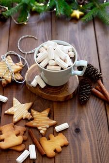 Cup heiße schokolade mit weihnachtsleuchten