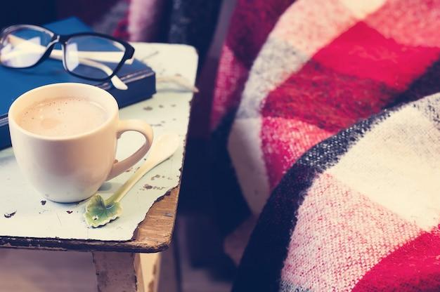 Cup heißer kakao auf stuhl