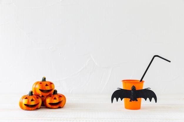 Cup und dekorationen für halloween