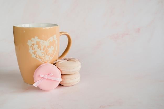 Cup und makronen-cookie