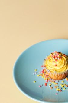Cupcake auf einem teller