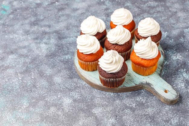 Cupcake backhintergrund mit küchenutensilien.