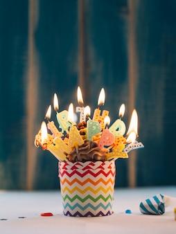 Cupcake mit beleuchtung alles gute zum geburtstag kerzen auf blau