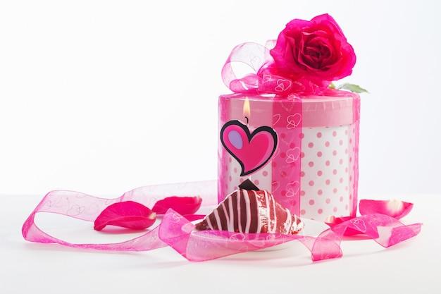 Cupcake mit brennender kerze mit geschenkbox