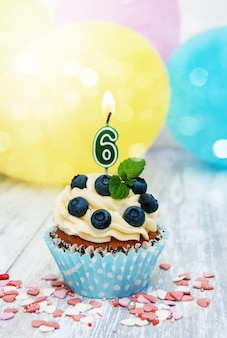 Cupcake mit einer kerze nummer sechs