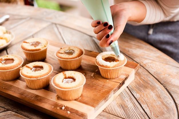 Cupcake mit füllung und mit zuckerguss dekoriert