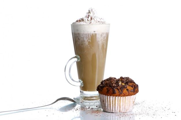 Cupcake mit geriebener schokolade und kaffee