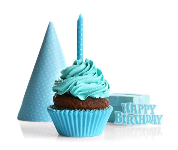 Cupcake mit kerze und partyhut auf weißem hintergrund