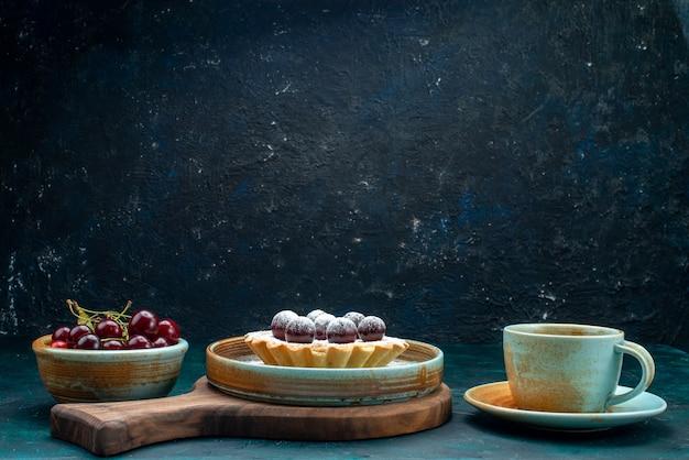Cupcake mit lecker aussehenden kirschen und heißem kaffee
