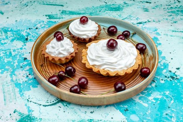 Cupcake mit leckerer sahne und frischen kirschen
