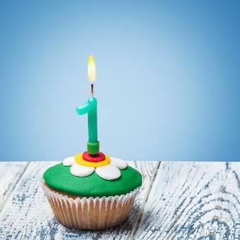 Cupcake mit nummer eins auf blau