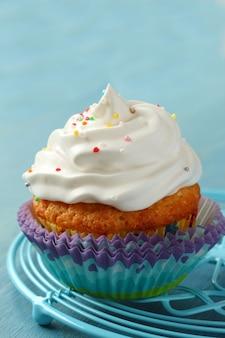 Cupcake mit weisser sahneglasur und zuckerstreuseln