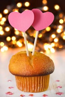 Cupcake mit zwei herzen