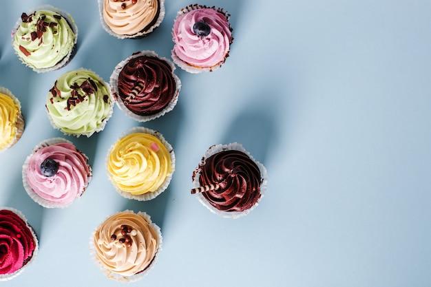 Cupcakes auf dem tisch