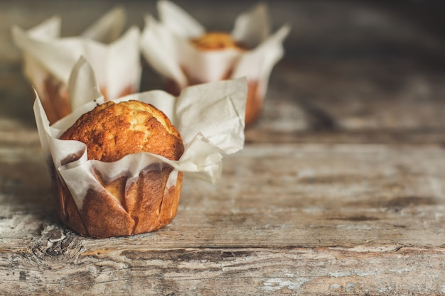 Cupcakes auf holzoberfläche