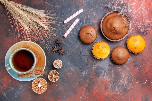 Cupcakes eine tasse teelemon schokoladenkuchen vier cupcakes sternanis süßigkeiten