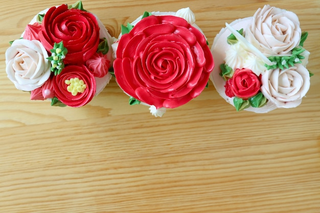 Cupcakes mit blütenförmigem zuckerguss verziert