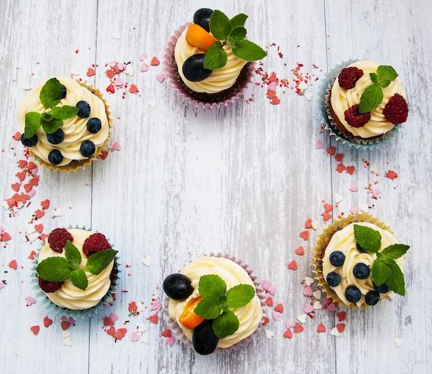 Cupcakes mit frischen beeren