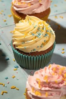 Cupcakes mit glasur-arrangement