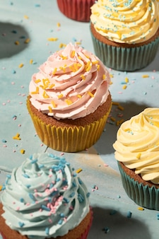 Cupcakes mit glasuranordnung hoher winkel