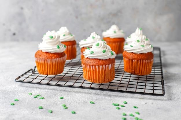 Cupcakes mit grüner dekoration auf holztisch