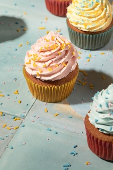 Cupcakes mit hohem winkel und glasur-sortiment