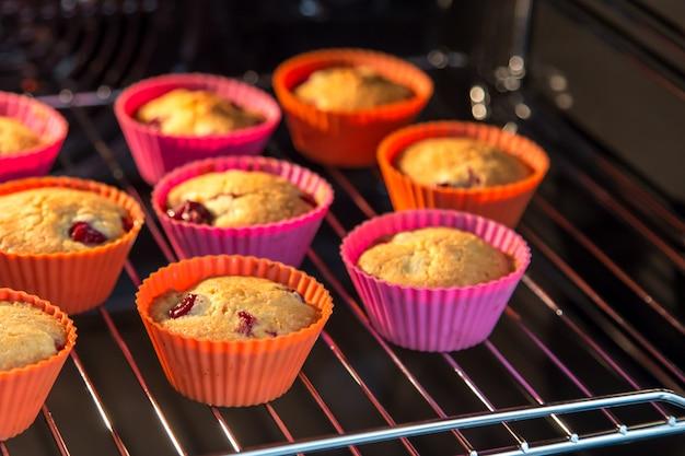 Cupcakes mit kirschen, muffins im ofen