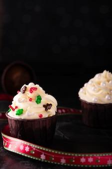 Cupcakes mit vanillecreme und dekorationen am silvesterabend