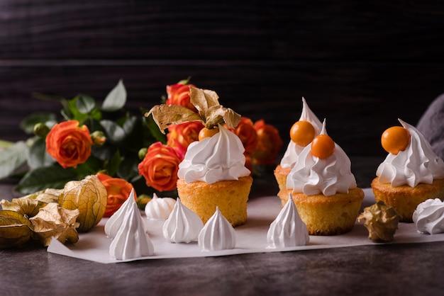 Cupcakes mit zuckerguss und rose