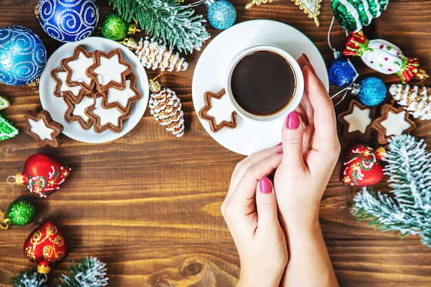 Cupgetränk zum frühstück in den händen. selektiver fokus
