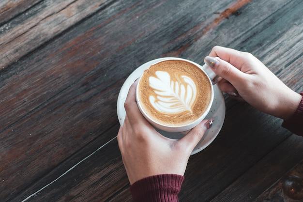 Cupkaffee zum frühstück an hand