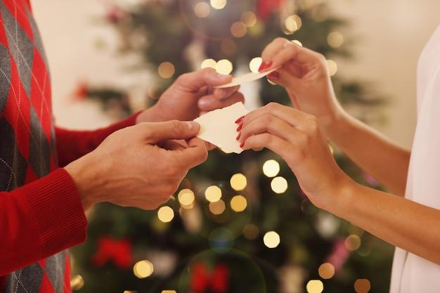 Cuple sharing weihnachtswaffeln auf traditionelle polnische art