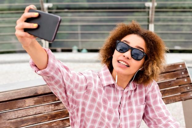 Curly frau macht ein selfie