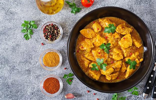 Curry mit hühnchen und zwiebeln. indisches essen. asiatische küche. ansicht von oben