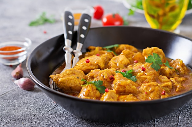 Curry mit hühnchen und zwiebeln. indisches essen. asiatische küche.