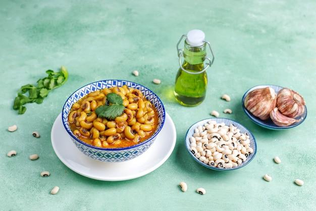 Curry mit schwarzen augen, indische küche.