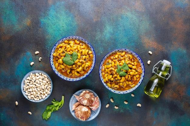 Curry mit schwarzen augenbohnen, indische küche.