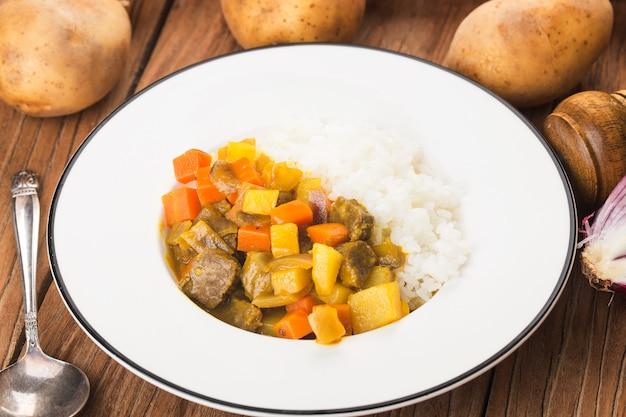 Curry-rinderbrust mit reis