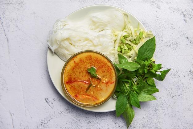 Curry-suppenschüssel mit reisnudeln