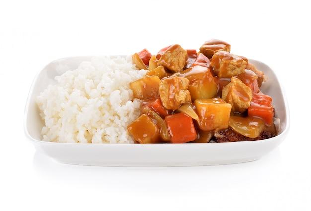 Curry und reis auf weißem hintergrund.