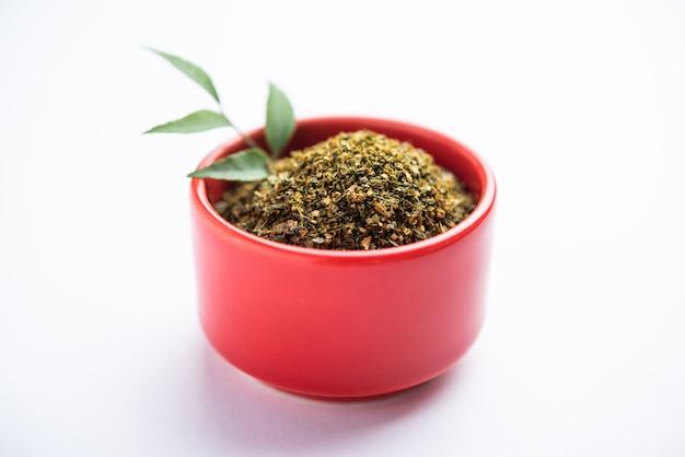 Curryblätterpulver oder karivepaku oder karuveppilai podi Premium Fotos
