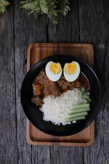 Curryreis auf holzhintergrund