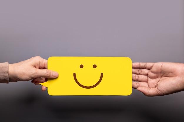Customer experience concept, glücklicher kunde, der einem geschäftsmann eine feedback-karte mit fünf-sterne-bewertung gibt. draufsicht