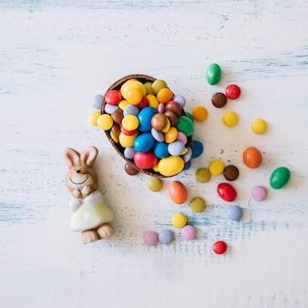 Cute bunny in der nähe von ostern süßigkeiten